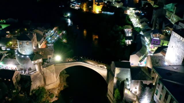 夜のモスタルの空中古い橋 - ボスニア・ヘルツェゴビナ点の映像素材/bロール