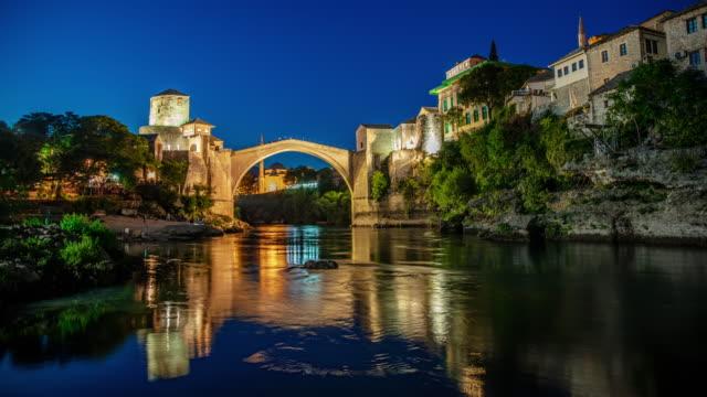 夕暮れから夜までモスタルのt / l古い橋 - ボスニア・ヘルツェゴビナ点の映像素材/bロール