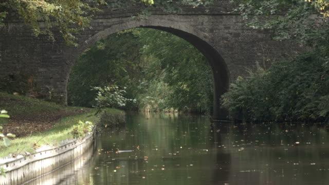 イギリスの水路に沿ってサンシャインの古い橋 - はしけ点の映像素材/bロール