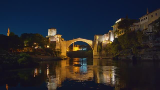 モスタルのネレトヴァ川に架かるwa古い橋 - ボスニア・ヘルツェゴビナ点の映像素材/bロール