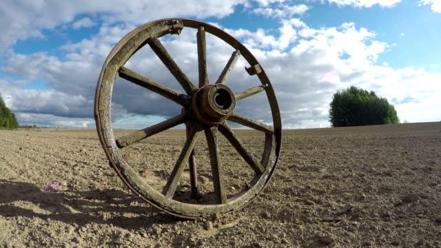 vecchio rotto in legno carretto con cavalli volante sul campo e autunno nuvole. tm - ovest video stock e b–roll