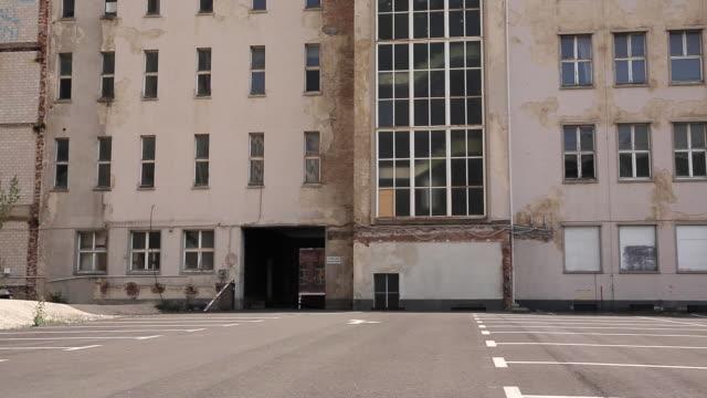 stockvideo's en b-roll-footage met oude gebouw gevel van parkeerplaats - parking