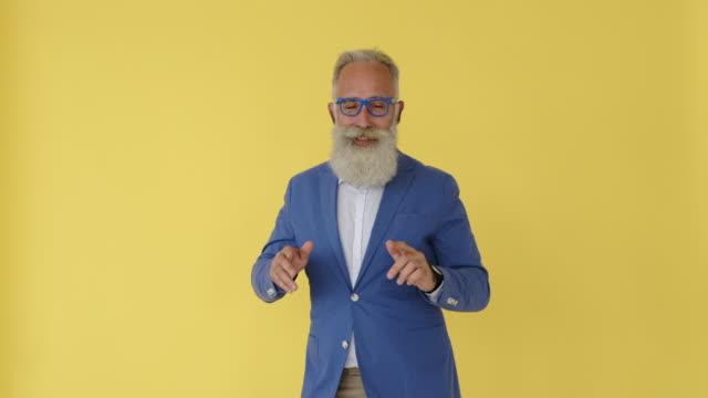 歌を歌って踊る古いビジネスマン - あごヒゲ点の映像素材/bロール