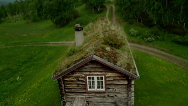 vídeos de stock, filmes e b-roll de velha cabana na floresta. vista aérea - rústico