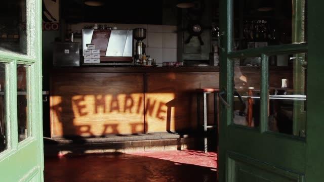 eski cafe buenos aires (arjantin). - bar stok videoları ve detay görüntü çekimi