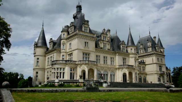 vídeos de stock, filmes e b-roll de antigo castelo de valmirande - castelo