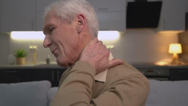 vídeos y material grabado en eventos de stock de viejo hombre caucásico sintiendo dolor de cuello, problemas de la columna vertebral, artritis de la vejez, dolor - columna vertebral humana