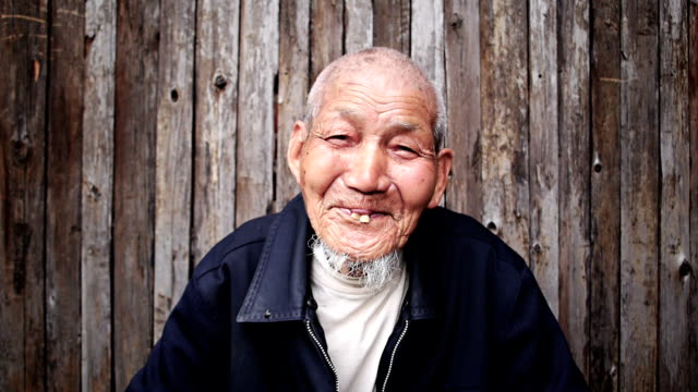stockvideo's en b-roll-footage met old chinese man - portait background