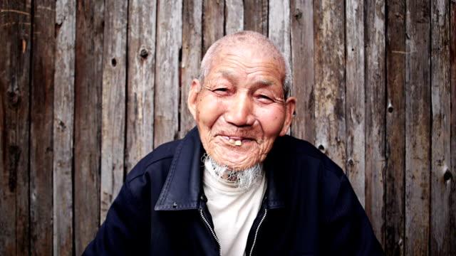 stockvideo's en b-roll-footage met old chinese man - portrait background