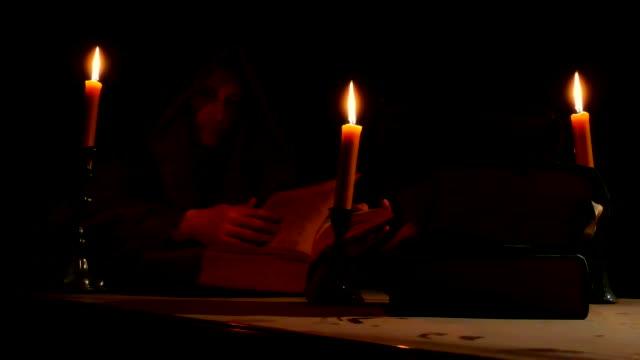 僧侶の手で古い教会本 - 教会点の映像素材/bロール