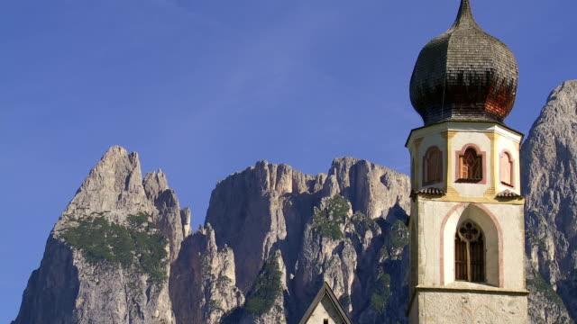 Alte Kirche in der von alpinen Mountain Schwenk nach oben – Video