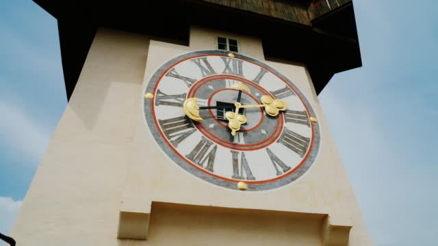 graz, avusturya city tower ile ilgili eski saat. kentin turistik - styria stok videoları ve detay görüntü çekimi