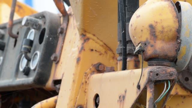 廃棄されたトラクターの古い制御パネル - 錆びている点の映像素材/bロール