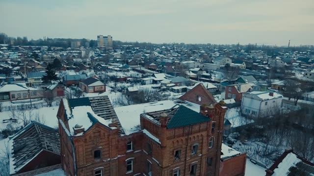 vídeos de stock, filmes e b-roll de velha casa em ruínas no inverno - quadricóptero