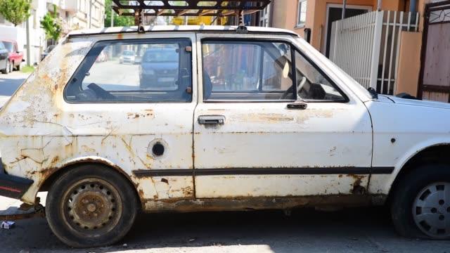 古い破損し、錆びたユーゴスラビアザスタバ興梠優は錆で車。 - 錆びている点の映像素材/bロール