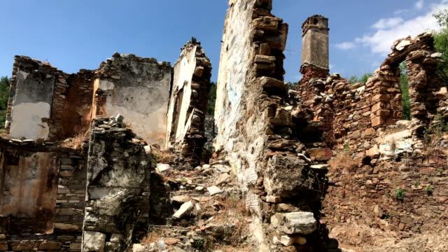 トルコ、doganbey 村の古い住宅解体 - プリエネ点の映像素材/bロール