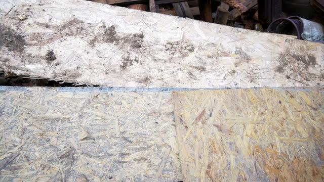 vídeos y material grabado en eventos de stock de viejas placas sucias osb colocadas en el suelo - tablón