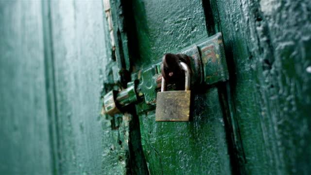 vídeos de stock e filmes b-roll de antiga porta de bloqueio - door knock