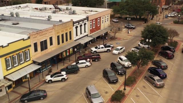 vídeos de stock, filmes e b-roll de old downtown buildings and streets, bryan, texas, eua - pequeno