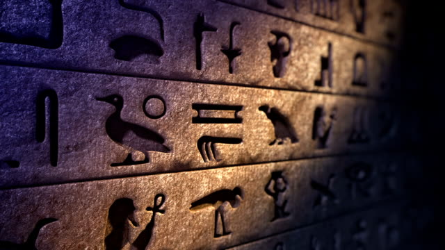 old egyptian hieroglyphs on the stone wall. loopable - antica civiltà video stock e b–roll