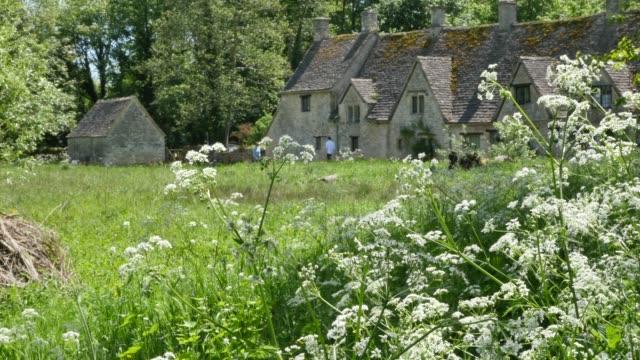 alte englische weberhütten in arlington reihe im dorf bibury england - landhaus stock-videos und b-roll-filmmaterial
