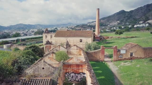 海岸に古い工場跡上空表示 - 煉瓦点の映像素材/bロール