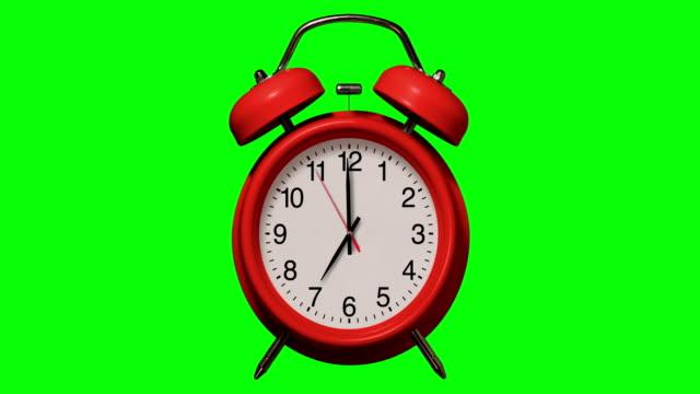 gammaldags röd väckarklocka ringar vid 7 klockan på chroma key bakgrund - alarm clock bildbanksvideor och videomaterial från bakom kulisserna