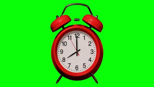 gammaldags röd väckarklocka ringar vid 8 klockan på chroma key bakgrund - alarm clock bildbanksvideor och videomaterial från bakom kulisserna