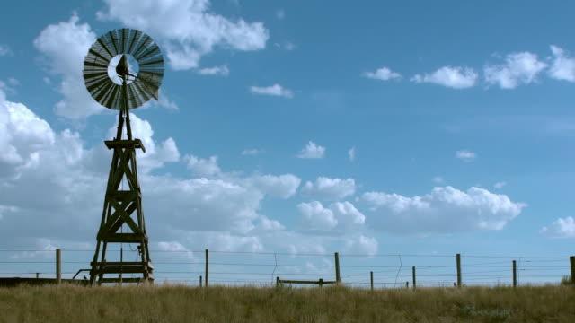 old fashioned rural windmill water tower - vindsnurra jordbruksbyggnad bildbanksvideor och videomaterial från bakom kulisserna
