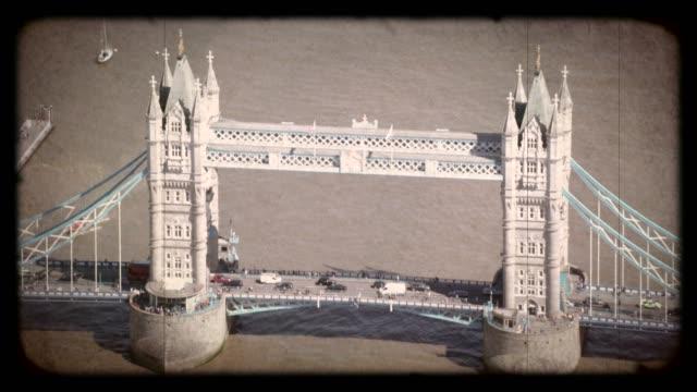 gammal film flyg utsikt över tower bridge, london, uk. 4k - 1900 talet bildbanksvideor och videomaterial från bakom kulisserna