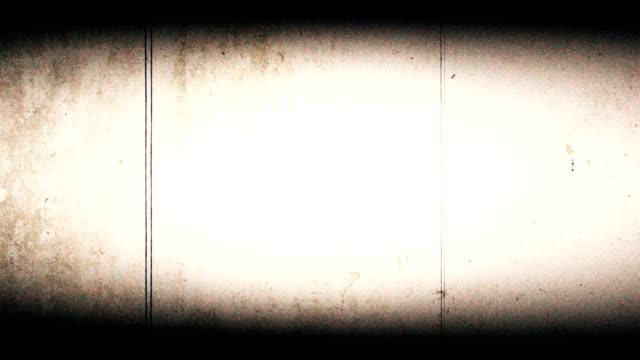 vidéos et rushes de 4k vieux film regarder avec rayures poussière - effet de regard vieux film avec beaucoup de saleté, les fuites de lumière, texture granuleuse, film flash film brûle, vintage white background réaliste de scintillement - image teintée