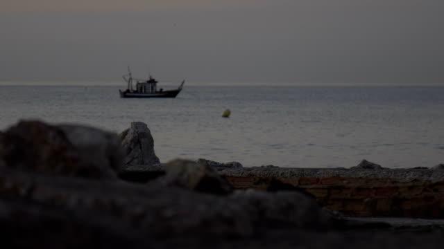 Altes Fischerboot im Ozean im Morgengrauen – Video