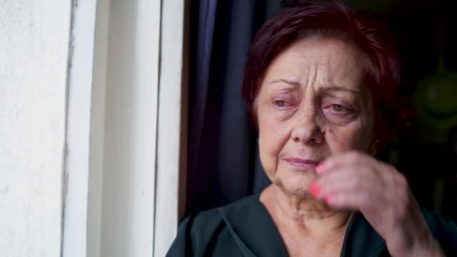 vídeos y material grabado en eventos de stock de abuela llorando - llorar