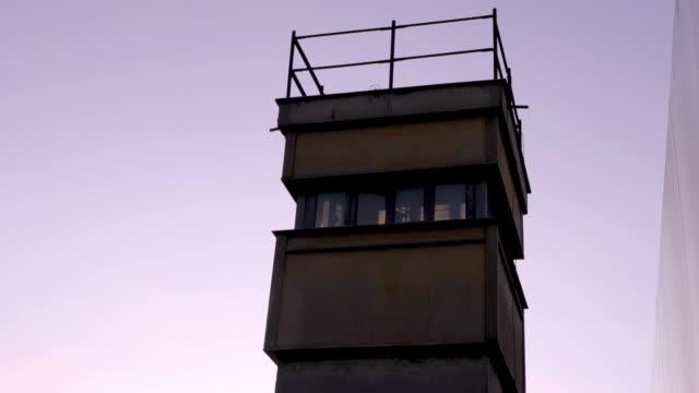 vídeos de stock e filmes b-roll de old guard tower of the berlin wall - berlin wall