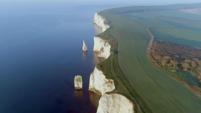 old harry rocks, eine natürliche küstenabschnitt von england aus der luft - englandreise stock-videos und b-roll-filmmaterial