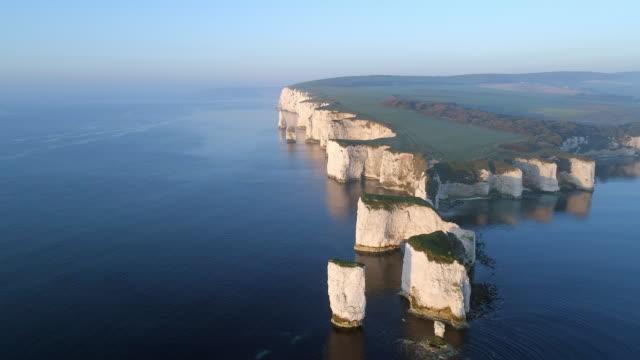 gamla harry stenar på den jurassic coast i england från luften - fornhistorisk tid bildbanksvideor och videomaterial från bakom kulisserna