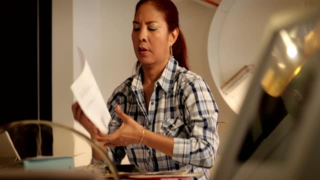 Anciennes formes de dépôt femme hispanique pour la taxe de retour à la maison - Vidéo