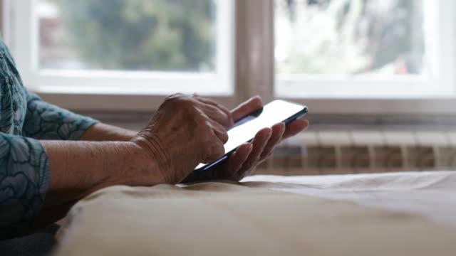 古い人間の手 - 老人ホーム点の映像素材/bロール