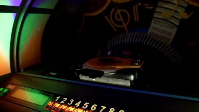 vídeos y material grabado en eventos de stock de antigua gramola jugando automáticamente registros musicales seleccionados en pub, fiesta retro - disco audio analógico