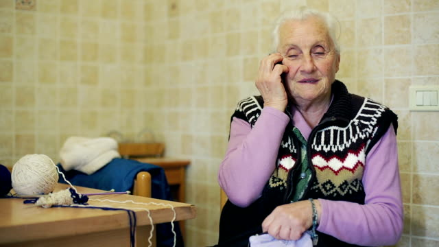 vidéos et rushes de vieille dame est à l'aide de téléphone portable :  vieilli, votre grand-mère, ancien, appelez le - une seule femme d'âge mûr