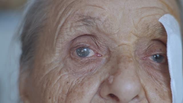 부상당한 눈 백내장을 가진 늙은 아가씨, 녹내장 닫기 - 라트비아 스톡 비디오 및 b-롤 화면