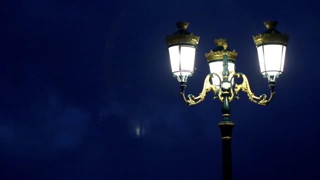 旧ランタン夜に霧の公園 - 街灯点の映像素材/bロール