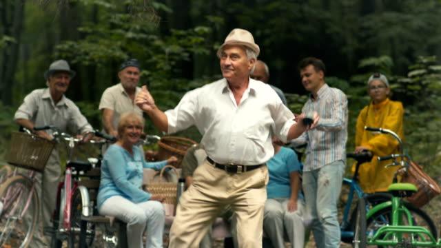 gammal man danser i parken - pensionärsmän bildbanksvideor och videomaterial från bakom kulisserna