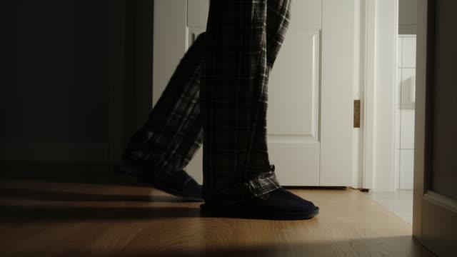 il vecchio in pigiama e pantofole cammina in un bagno a casa - fragilità video stock e b–roll