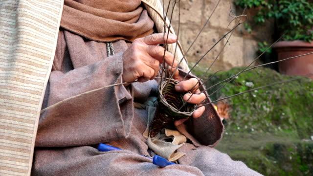 old man is making a basket by hand - halmslöjd bildbanksvideor och videomaterial från bakom kulisserna