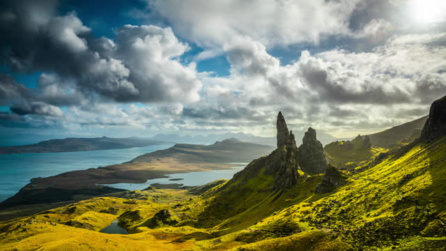 old man of storr in scotland - time lapse - highlands scozzesi video stock e b–roll
