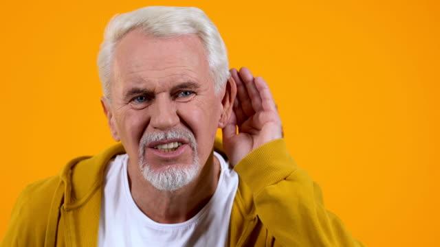 vídeos de stock, filmes e b-roll de idoso sofrendo deficiência auditiva, cuidados de saúde, doenças do envelhecimento, surdez - surdo