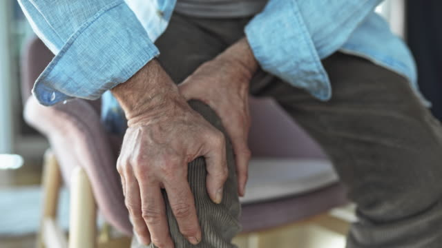 vídeos de stock e filmes b-roll de old man with knee pain - dor