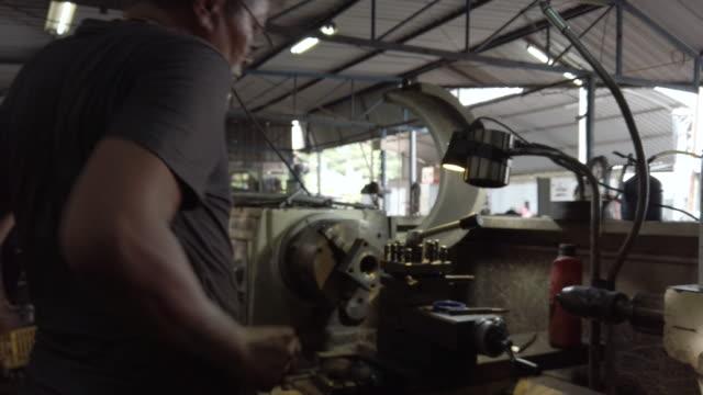 vidéos et rushes de vieil homme travaillant sur tour. - équipement agricole