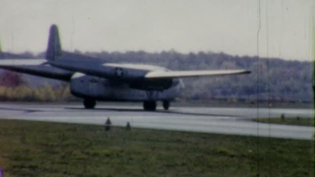 vídeos y material grabado en eventos de stock de casco militar de los aviones de carga comienza - 1958 vintage 8 mm film - air force